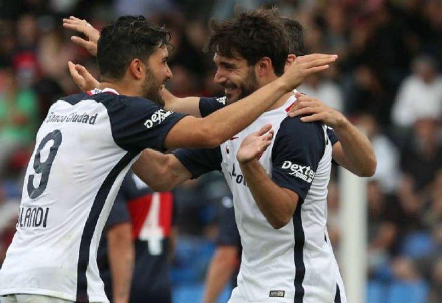 Cerutti, autor del segundo gol, recibe el saludo de Blandi