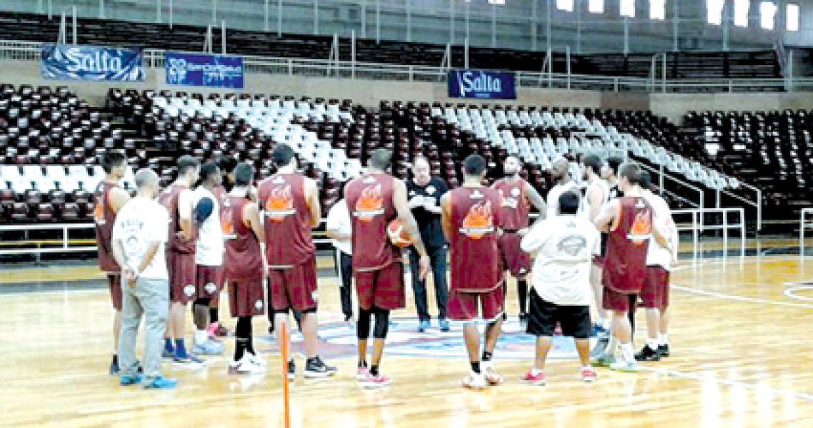 El entrenador de Salta Basket, Ricardo De Cecco, da instrucciones en una de las últimas prácticas de Salta Basket, de cara al debut en la Liga Naciona