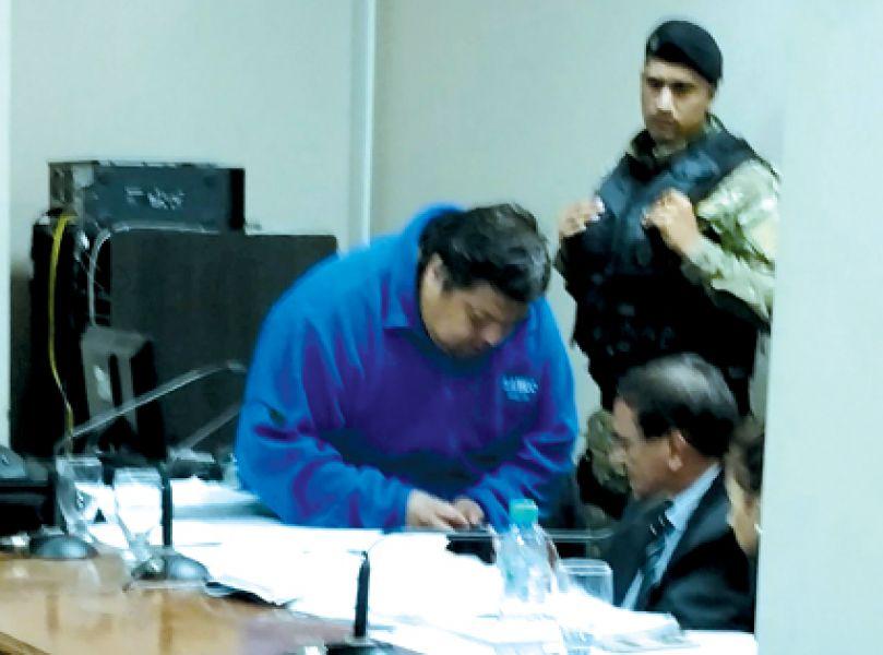 Un enfermero le controla el azúcar al acusado ex Juez Raúl Reynoso que no la pasó bien en la última audiencia.