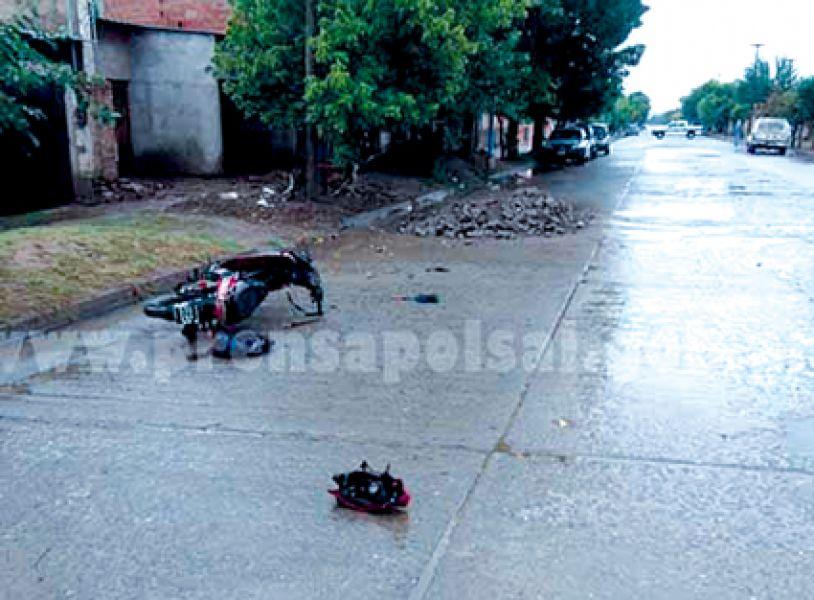 La llovizna en la madrugada y montículos en la calle podrían haber aportado para el accidente fatal.