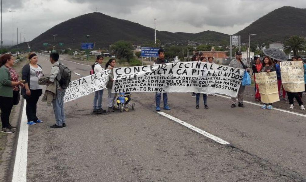 Medio centenar de vecinos se manifestaron por obras de agua potable, cortando la ruta de acceso este de la ciudad.
