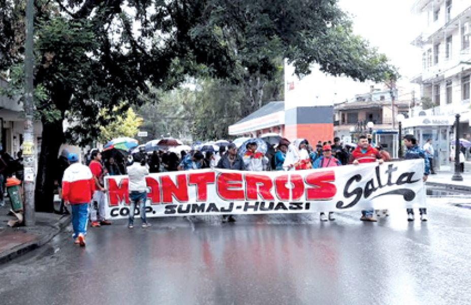 Vendedores ambulantes se movilizaron ayer por avenida San Martín en rechazo al traslado al Parque San Martín.
