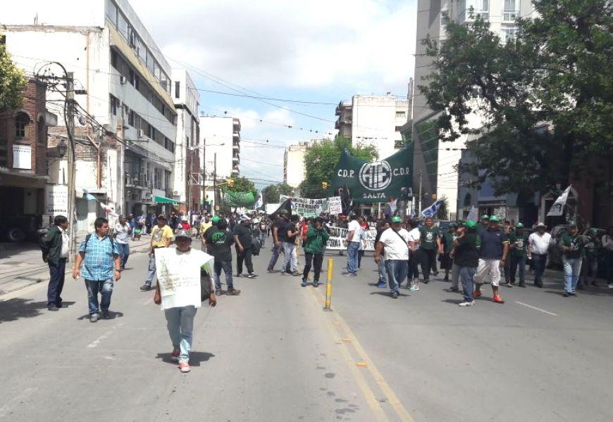 La columna principal de la movilización marcha en estos momentos por Belgrano y se dirige a Plaza 9 de Julio