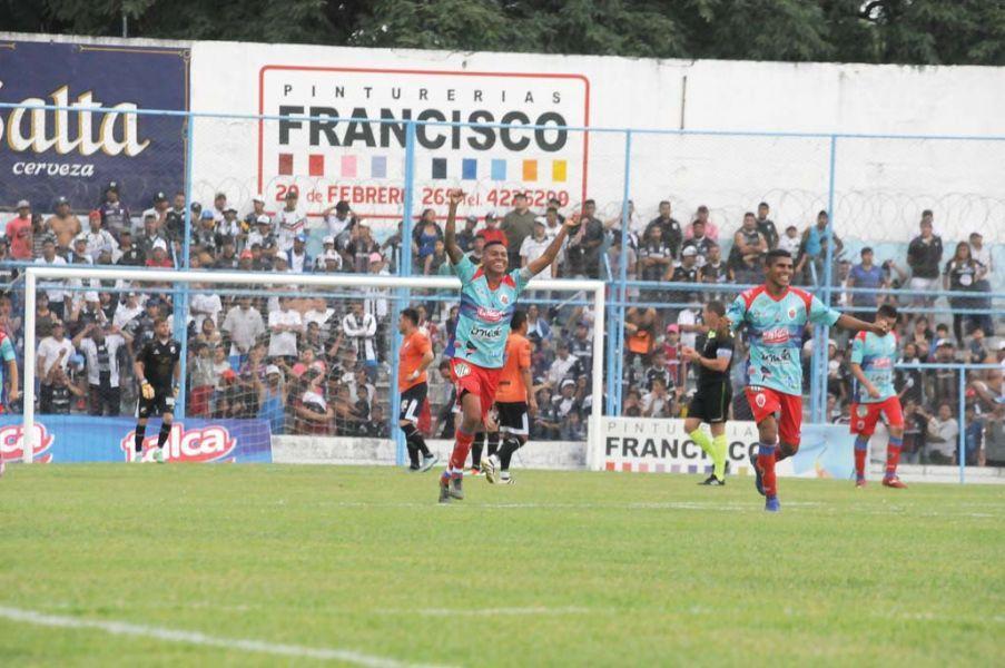 Girón y Guanca celebran el segundo gol de Peye.