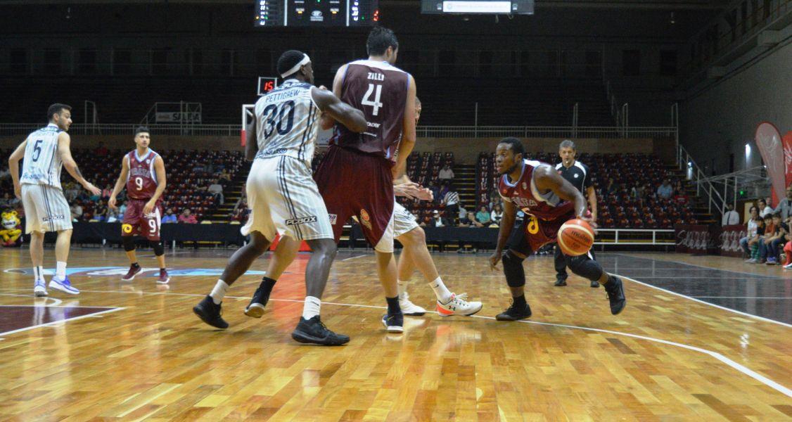 """Ricky Harris con la """"naranja"""", el goleador de Salta Basket."""