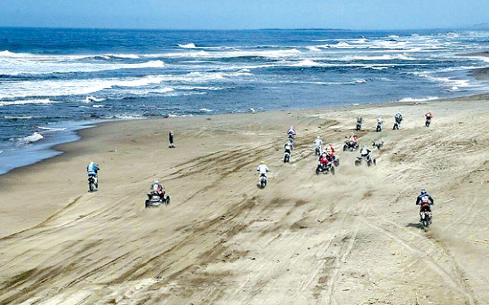 Largada múltiple con motos y cuatriciclos a orillas del Océano Pacífico. Así comenzaba la difícil cuarta etapa de ayer.