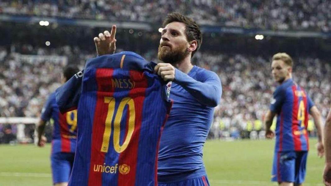 Una pose clásica. Messi levanta sus brazos en señal de agradecimiento a los hinchas del Barca. Ayer brilló, hizo dos goles y fue conductor indiscutido