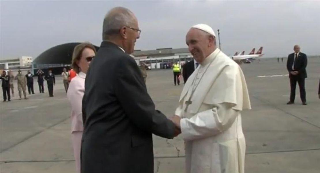 Francisco fue recibido en Perú por el primer mandatario Pedro Pablo Kuczynski