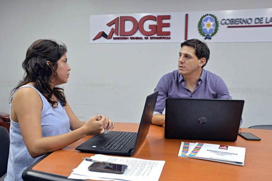 La directora de estadisticas Lorena Rojas y Abel Mendilaharzu, representante del INDEC.