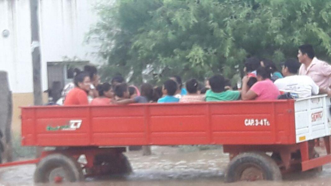 Un inusual transporte para evacuar niños y adultos, para son trasladados a un lugar segura en Santa Victoria Este.