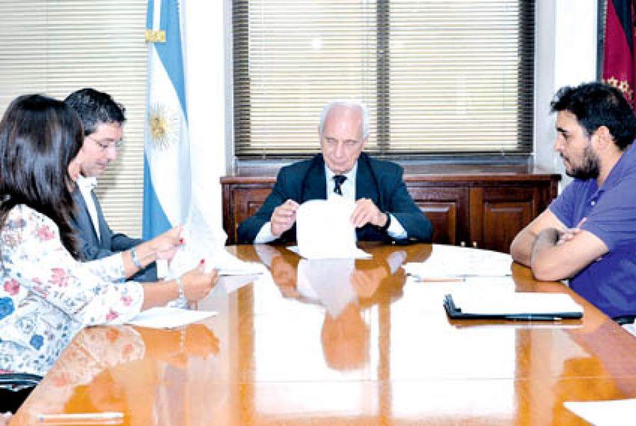 Los precios congelados de artículos escolares se mantendrán hasta el 31 de marzo. El ministro López Arias firmó los convenios.