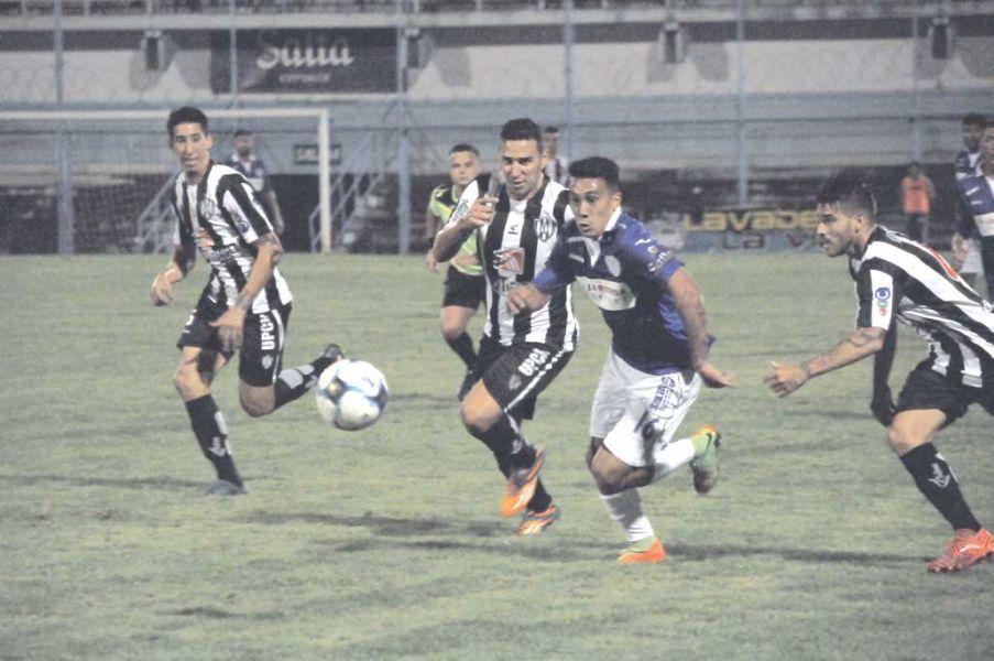 Maxi López intenta dominar una pelota ante el asedio de sus pares santiagueños. Fue derrota por 5 a 3 en el Gigante.