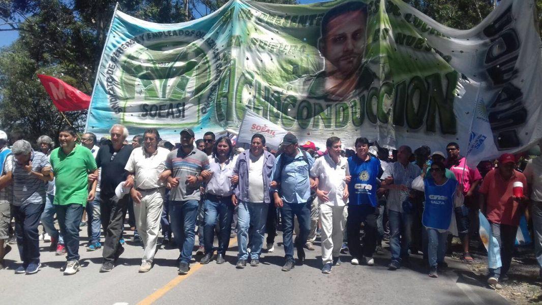 La marcha en General Güemes, encabezada por los secretarios generales de los gremios azucareros.
