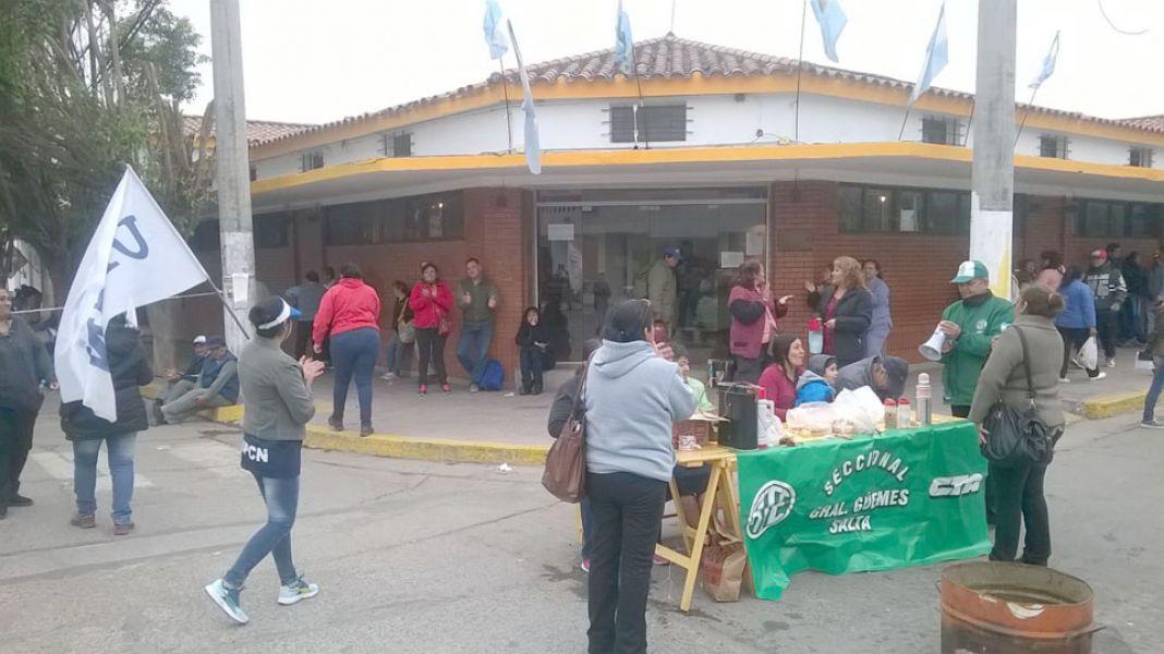 Municipales guemenses frente a la Municipalidad (Foto archivo).
