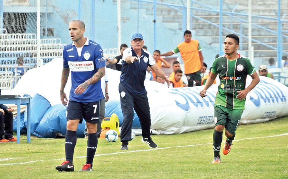 Víctor Riggio (de gorra), DT de Gimnasia y Tiro.