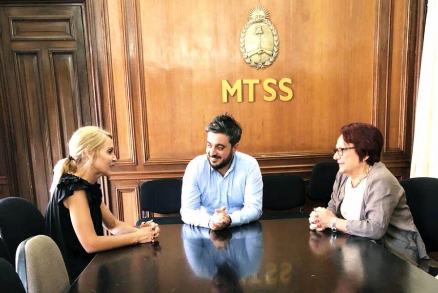 La ministra Bibini con funcionarios del Ministerio de Trabajo abordan la decisión de la empresa de retirarse definitivamente del negocio azucarero.