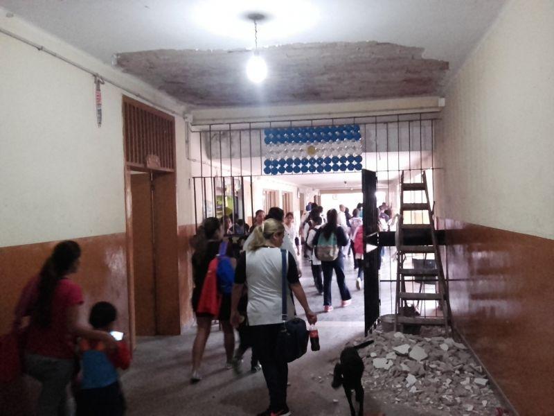 Una parte de la mampostería del cielorraso de una escuela se cayó en horario de clases en Salvador Mazza. (Foto: Raúl Costes).