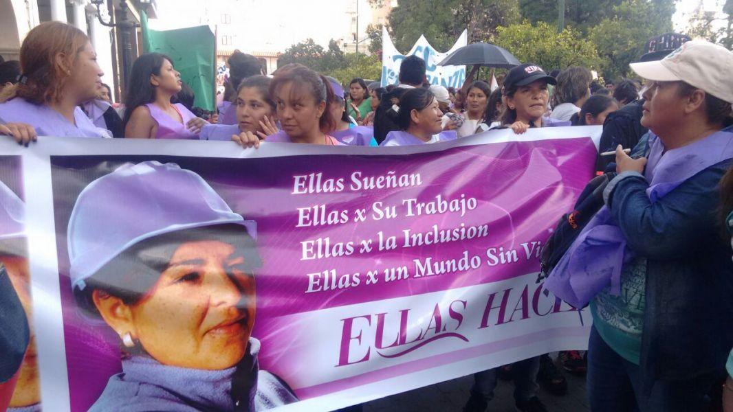 """Las mujeres contenidas por el programa """"Ellas hacen"""" también salieron a manifestarse en el Día Internacional de la Mujer."""