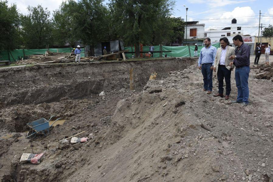 Continúan los trabajos en la obra de una cisterna en la zona de plaza Gurruchaga con capacidad de almacenamiento de agua de 4.000.000 de litros.