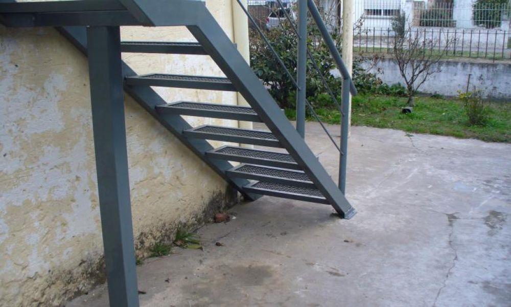 Muere una joven al caer de 4 metros de altura seguridad for Escalera de 4 metros