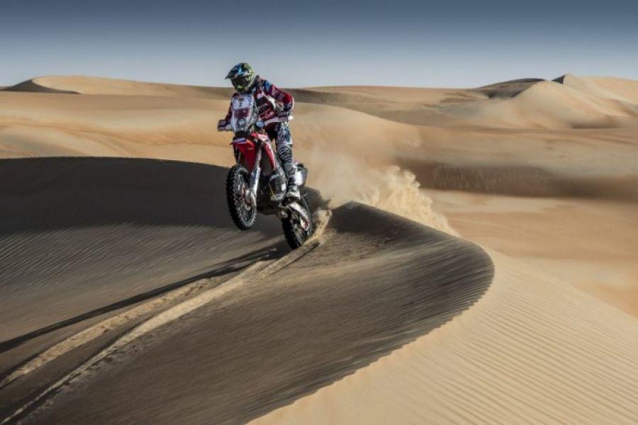La Honda Rally 450 número 2 del salteño Kevin Benavídes, sobre las dunas del Liwa.