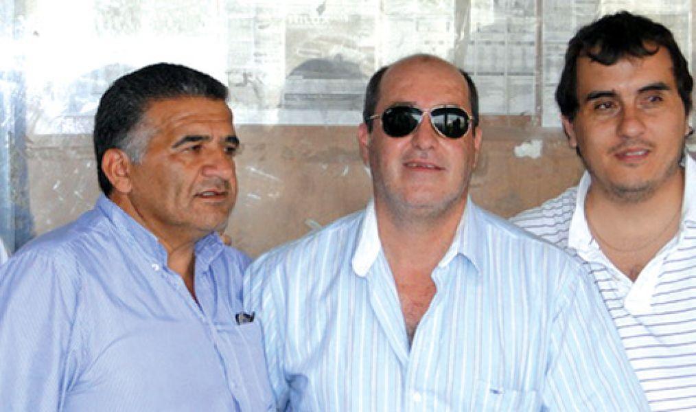 José Macaione (centro) junto a otros ex dirigentes por Eliseo Valdez y Pablo López.