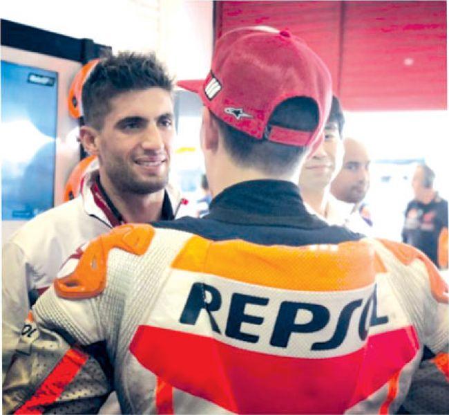 Kevin Benavides dialoga con Marc Márquez, su ídolo y compañero en el Honda HRC.