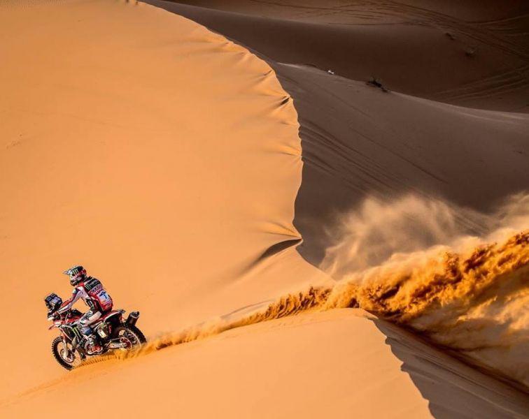 La Honda de Kevin Benavídes, sorteando las dunas.