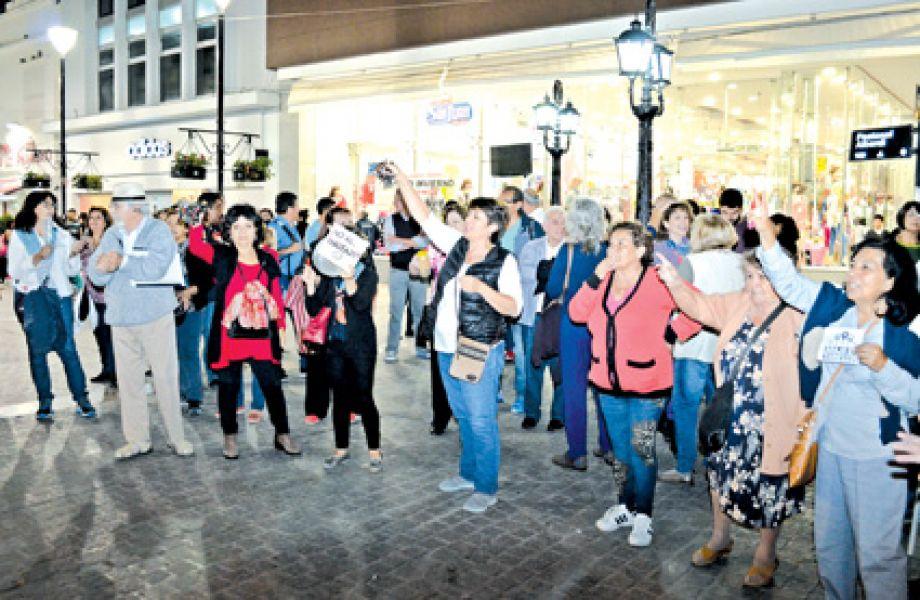 """Los """"ruidazos"""" contra los tarifazos se hicieron en todo el país. En Salta mucha gente se convocó para protestar en la Plazoleta IV Siglos."""