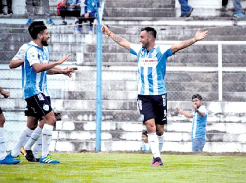 """Alejandro Toledo festeja su regreso al gol en el triunfo """"millonario"""" hace una semana. Foto Gentileza Mariela Fuentes."""