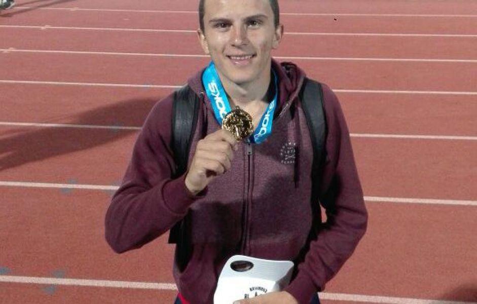 El salteño Luciano Méndez luce su medalla de Oro obtenida este fin de semana en California, EE.UU.