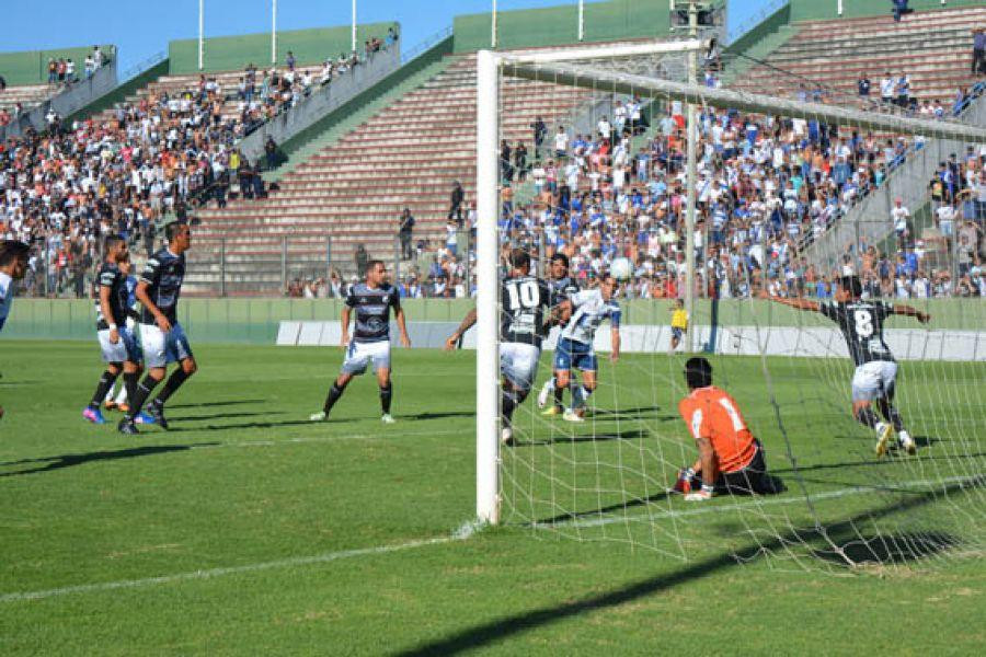 """Una de las acciones en el último amistoso entre """"Santos"""" y """"Cuervos"""", que se disputó el año pasado en el Martearena."""