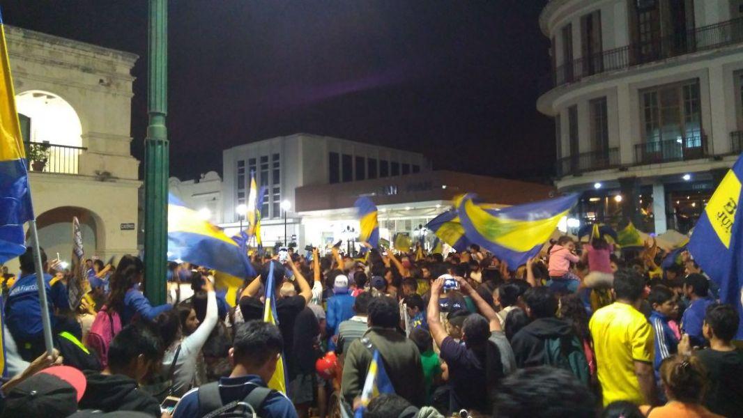 Algo del colorido de los hinchas salteños, durante los festejos del Bicampeonato de Boca Juniors anoche en la Plaza 9 de Julio.
