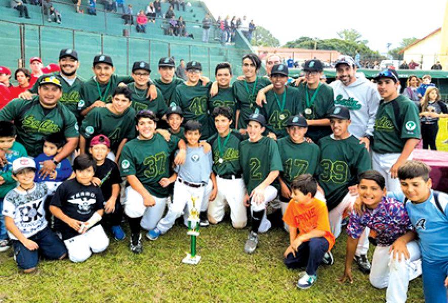 Los chicos celebran la obtención del título nacional en el diamante espinaca.