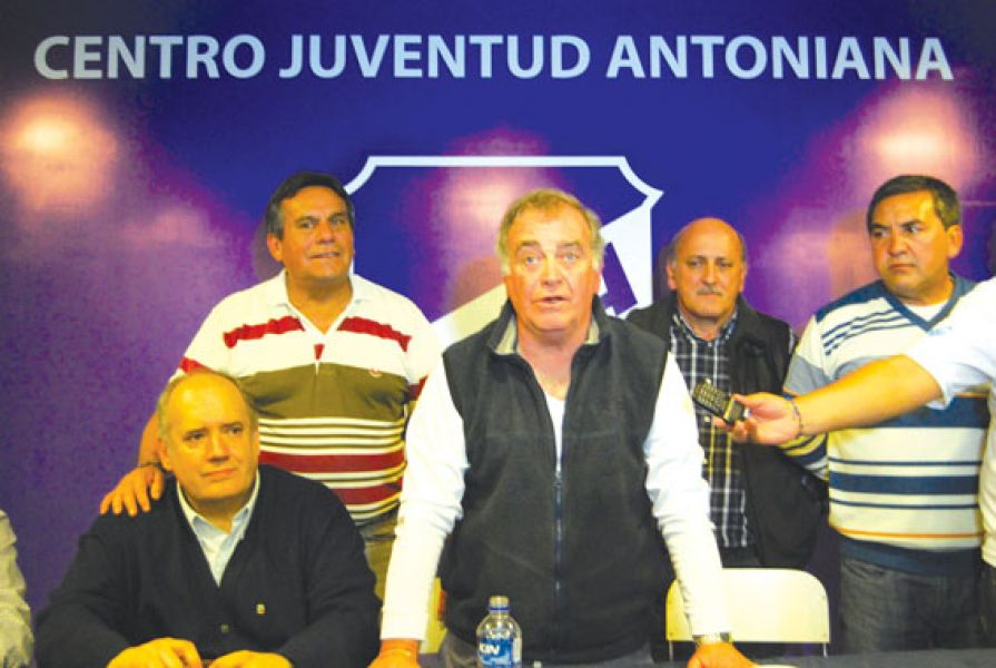 Muratore junto al resto de la Comisión Directiva.