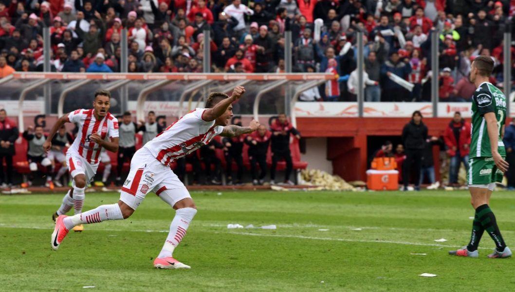"""Uno de los tantos festejos en la tarde tucumana. Tras 9 años, el """"Ciruja"""" volverá a jugar en Primera División.  Gentileza de La Gaceta de Tucumán"""