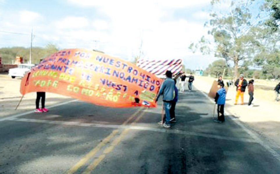 Indígenas wichis de El Quebrachal cortan la ruta y esperan respuestas de la ministra de Asuntos Indígenas, Edith Cruz.
