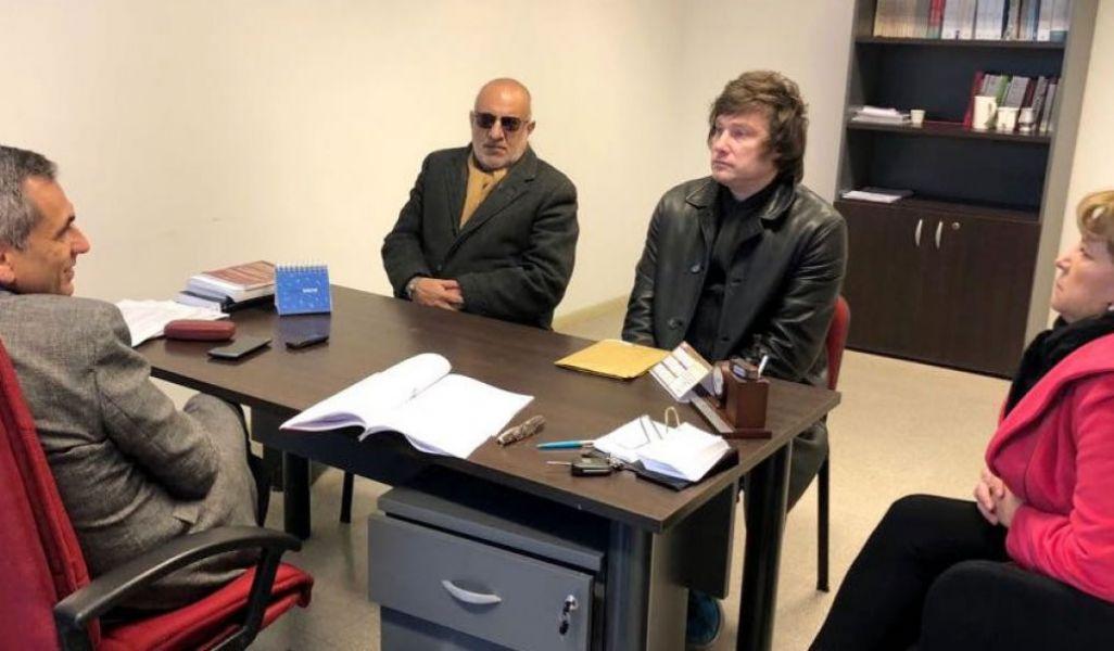 El economista Javier Milei tuvo que volver a Metán a dar explicaciones a la Justicia. En la audiencia se presentó frente al juez, junto a su abogado.