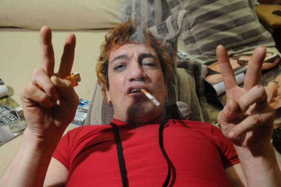 Según testigos, el cantante de Viejas Locas discutió con su supuesto amigo y lo asesinó. Ahora es buscado por la policía.