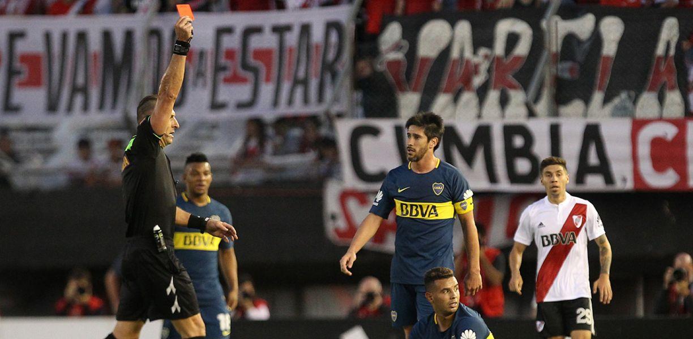 Pitana fue protagonista de una polémica expulsión al colombiado Edwin Cardona en Boca, frente a River en el Superclásico en 2017.