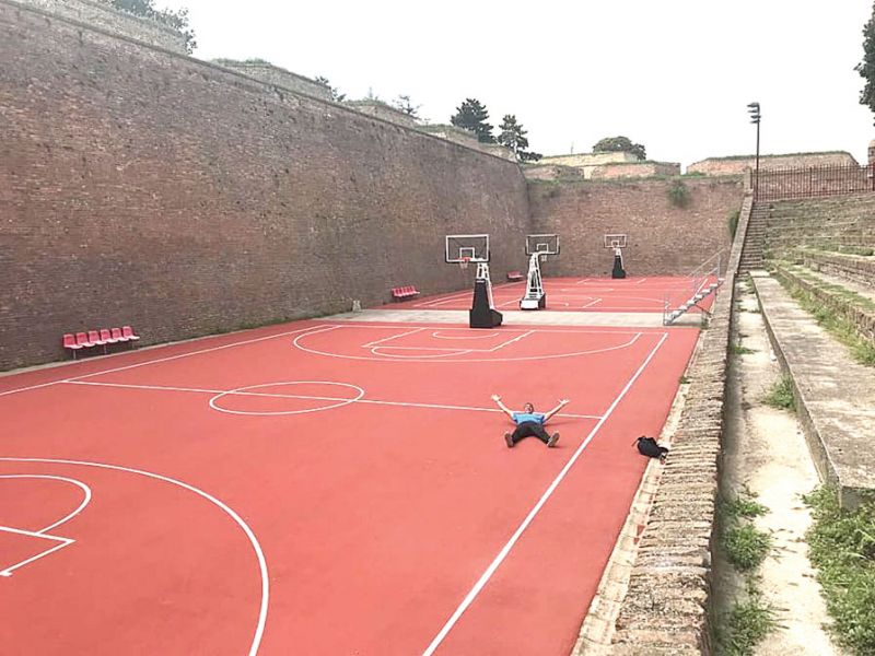 """El """"Patón"""" Arévalos se regocija en el piso del campus del BBB, como se conoce en el mundo al Belgrado Basketball"""