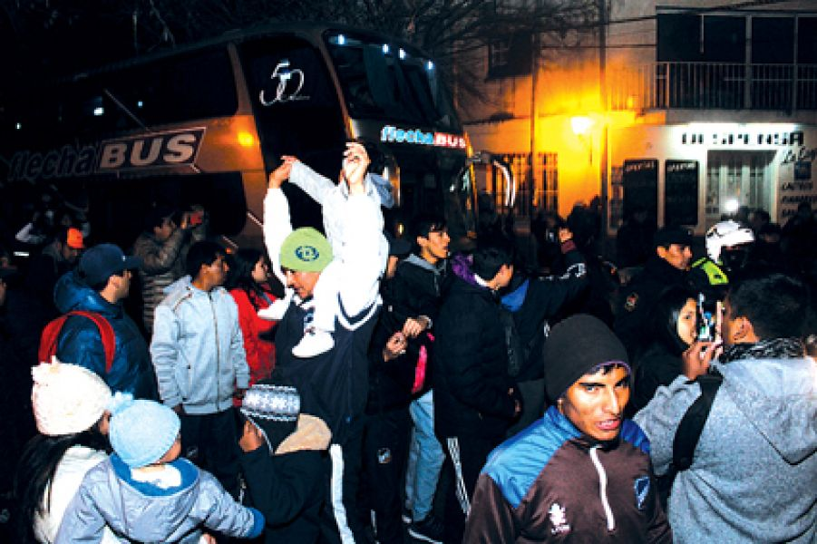 Cientos de hinchas despidieron a Juventud anoche. Gentileza: Eduardo Yufra