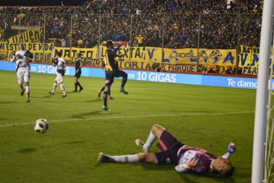 Juan Mulieri sufre el gol de penal de Marco Ruben. El Santo cayó 6 a 0 en Santa Fe. Foto: La Capital de Rosario