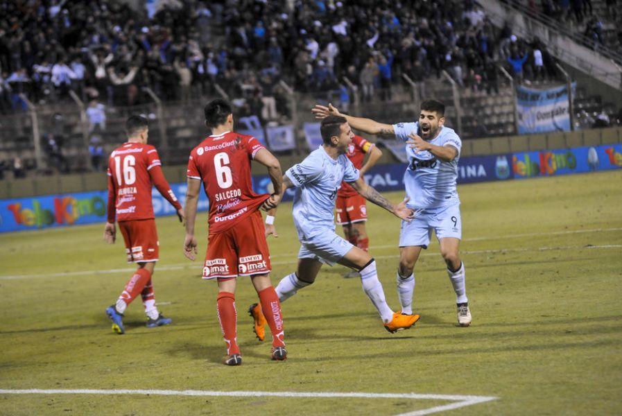 Bianchi celebra el primer gol del Decano. Sobre la hora, Díaz selló la victoria.