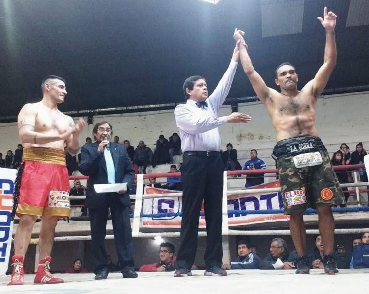 El juez del combate, levanta el brazo ganador de la Cobra.