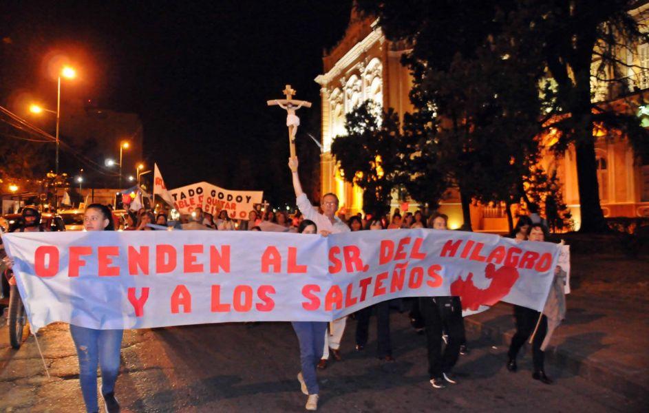 Grupos católicos y mujeres por el aborto se encontraron con reclamos contrapuestos en la Legislatura. (Fotos Marcos Valdiviezo).