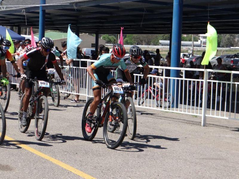 Alvaro Macías (002) prepara su escape. Así se ponía en marcha la competencia de mountain bike en el predio del autódromo.