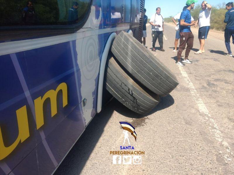 """Así quedó el ómnibus. """"Pudimos haber volcado"""", dijo uno de los afectados. Foto: Santa Peregrinación."""