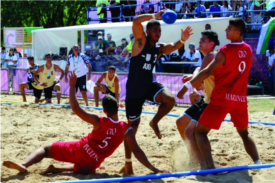El seleccionado de Beach Handball tuvo un debut soñado. En varones jugó el salteño José Basualdo (2).