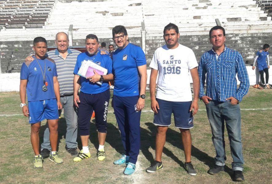 Salvador Mónaco junto a sus  colaboradores del cuerpo  técnico y  allegados a la dirigencia.